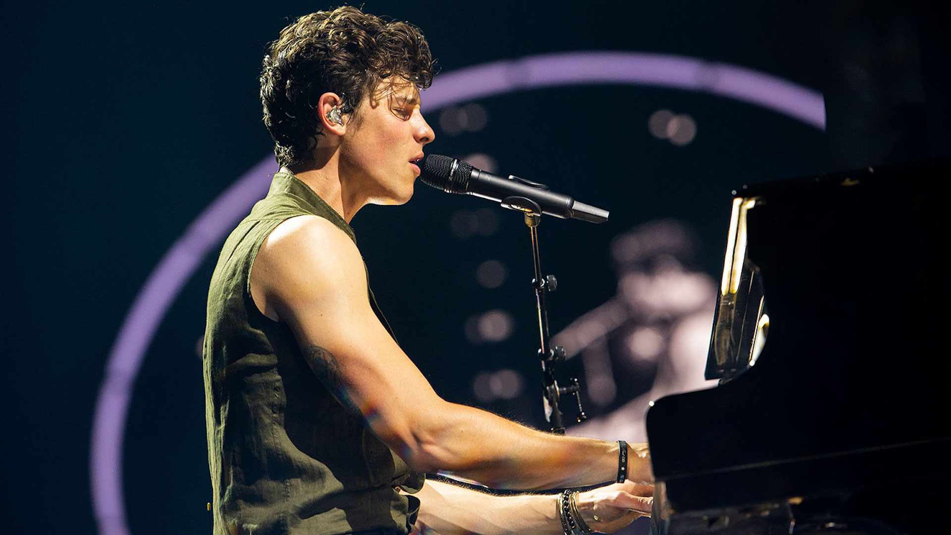 """Shawn Mendes: ecco il (sexy) video di """"If I Can't Have You"""""""