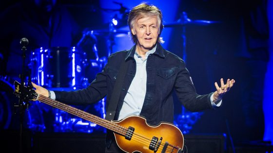 Paul McCartney invita a sorpresa Ringo Starr sul palco: il video
